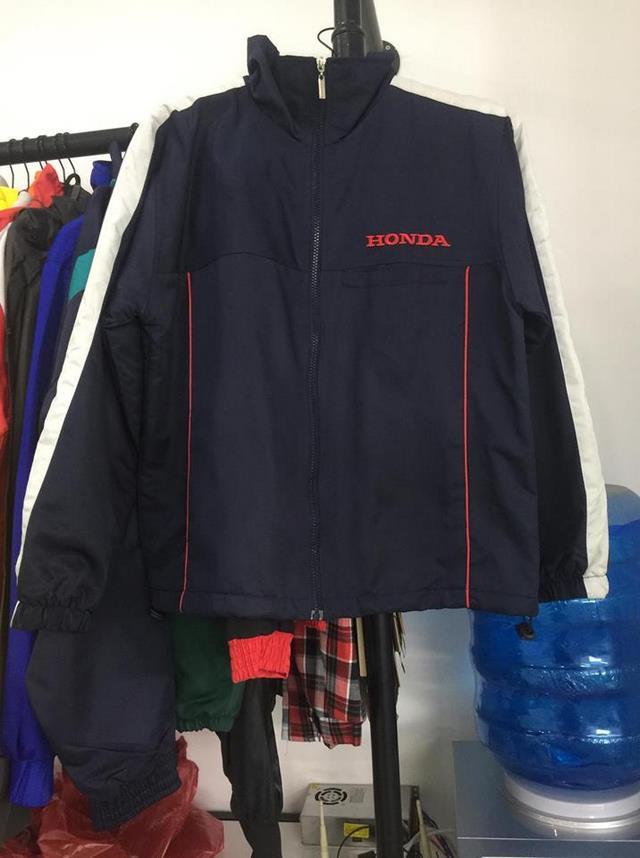 Chiếc áo khoác của hãng xe Honda được thiết kế theo mẫu của hàng. Đây là chiếc áo khoác làm quà tặng của hãng cho khách hàng.