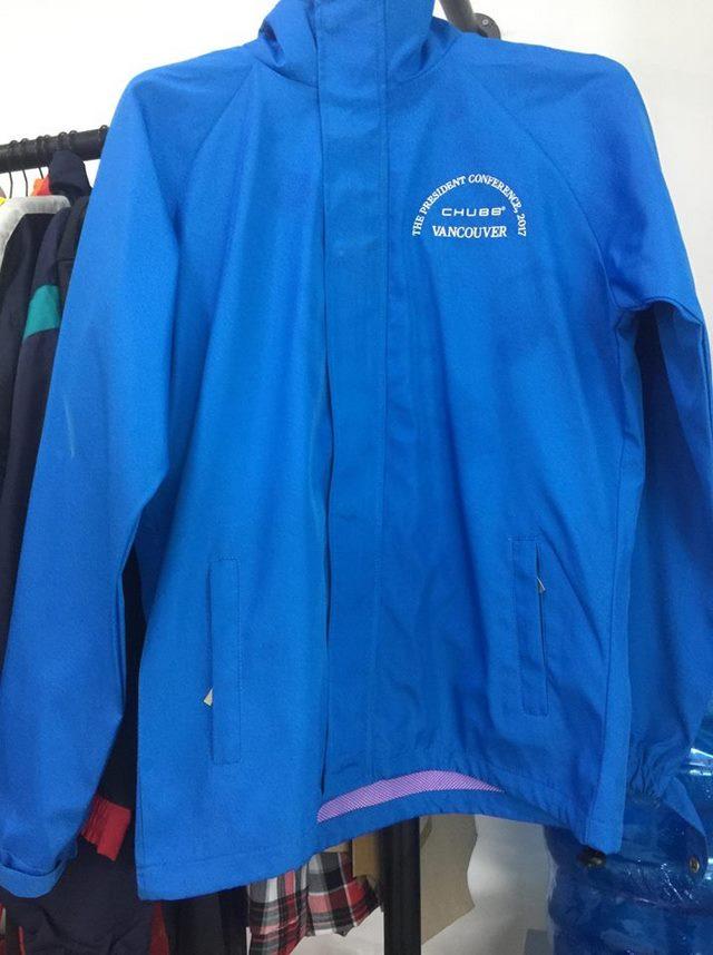 Áo khoác của công ty bảo hiểm Chubb Vancouver được lựa chọn sắc xanh tạo cảm giác dễ chụi và tin cậy hơn cho khách hàng.