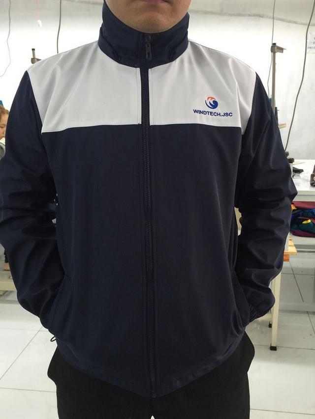 Mặt trước của áo khoác đồng phục công ty Windtech